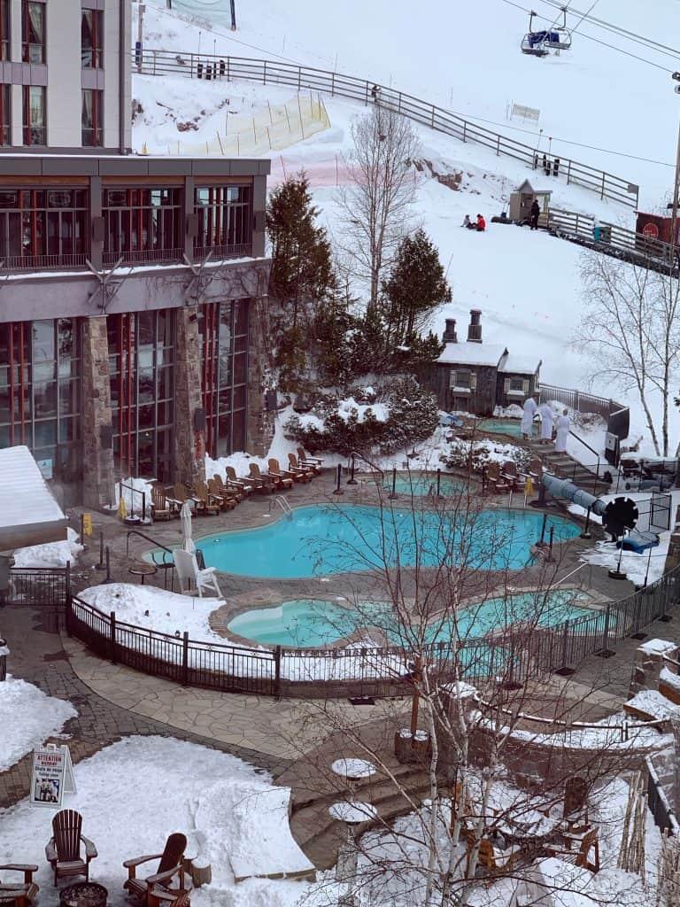 Spa extérieur du Faimont Tremblant - Séjour au Mont-Tremblant : où rester et quelles activités faire autre que du ski alpin!