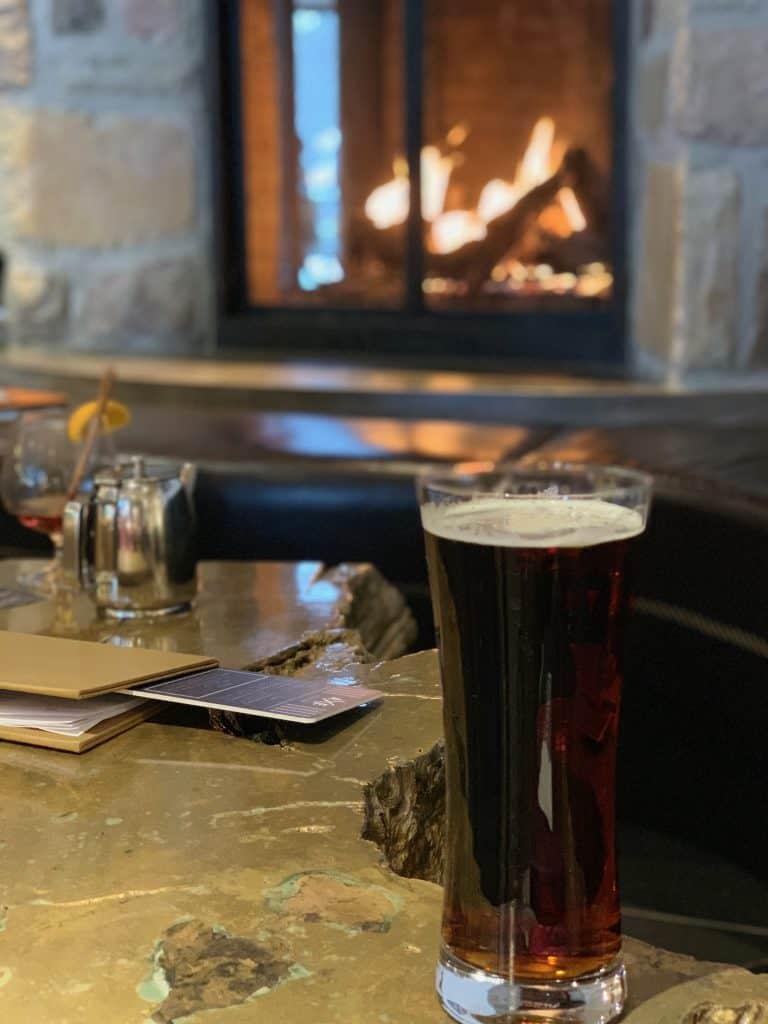 Une bonne bière au Axe Lounge Bar - Séjour au Mont-Tremblant : où rester et quelles activités faire autre que du ski alpin!