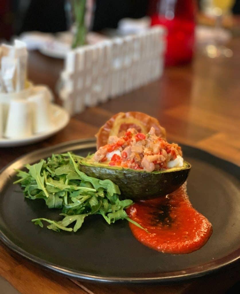 Avocat garni, oeuf, prosciutto et coulis de poivron - Brunch au Méchant Boeuf- Happening Gourmand