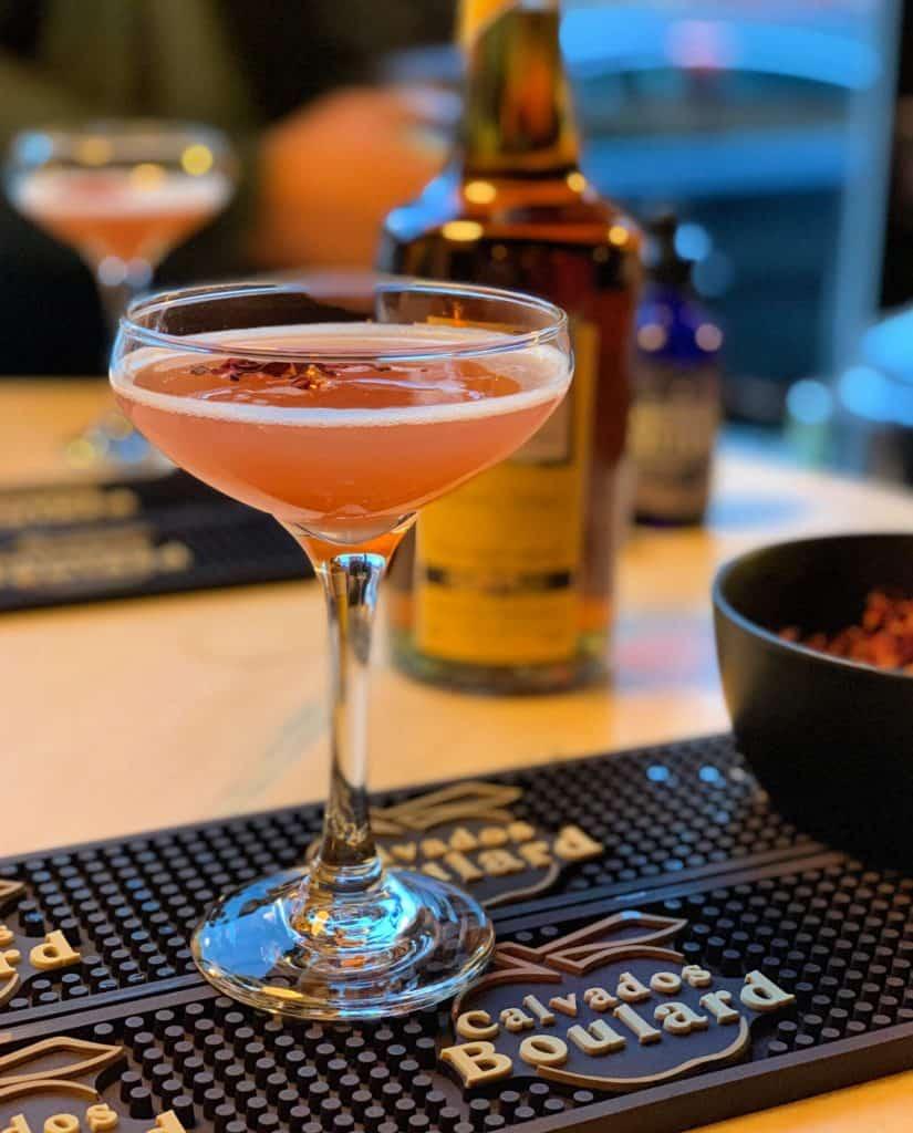 Le cocktail signature du JackRose.. le Jack Rose avec calvados, lime et rose