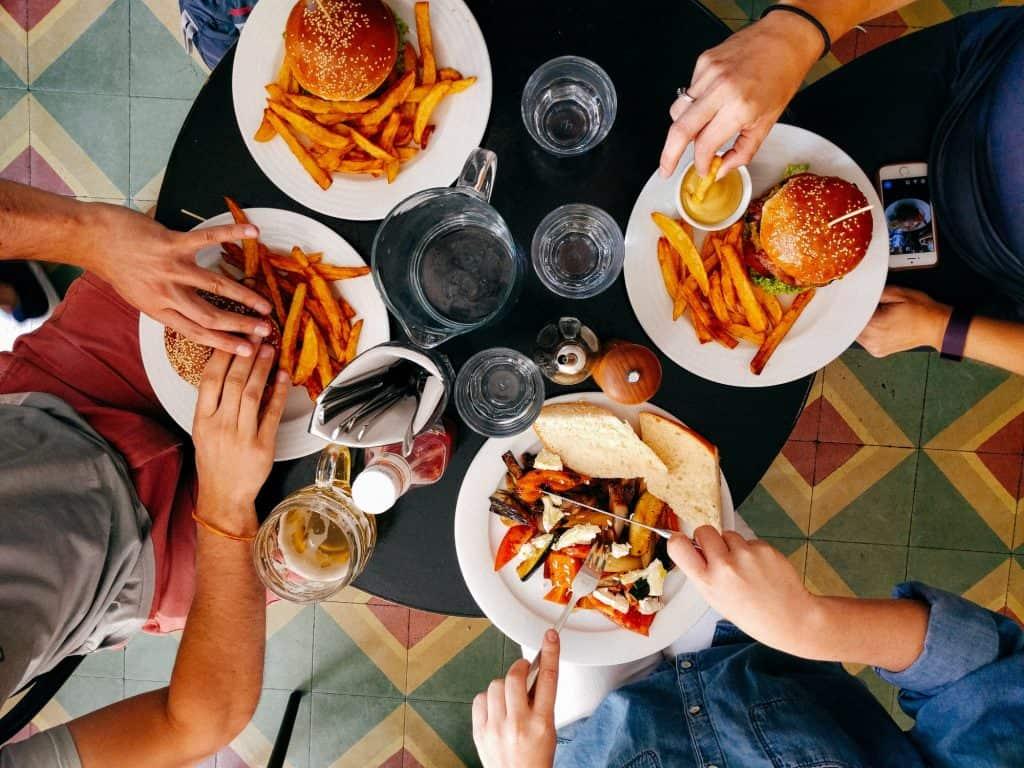 Personnes qui mangent au restaurant