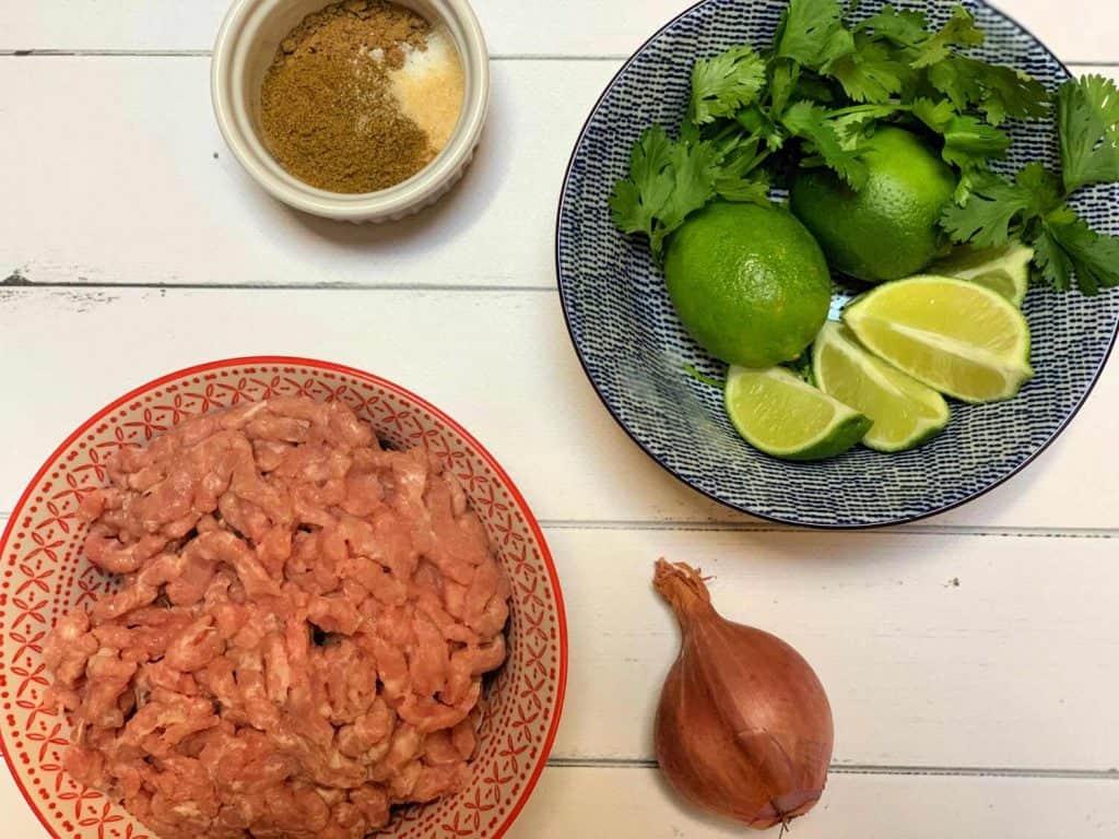 Ingrédients pour réaliser des keftas de dindon, à la lime, coriandre et cumin