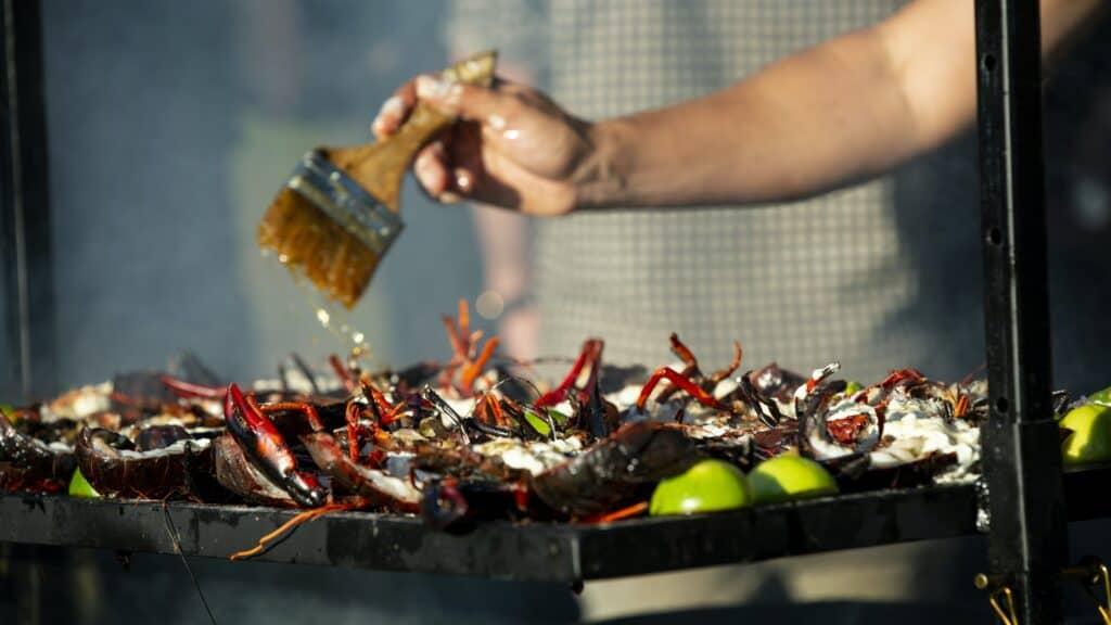 Truc de pro sur le BBQ : huiler les aliments plutôt que la grille