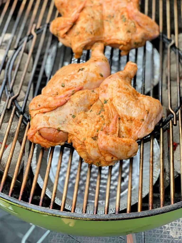 Poulet grillé aux fines herbes sur le BBQ
