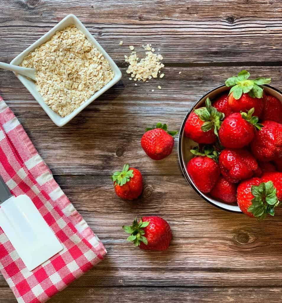 Les ingrédients de la recette de carrés aux fraises, avec amande et cannelle