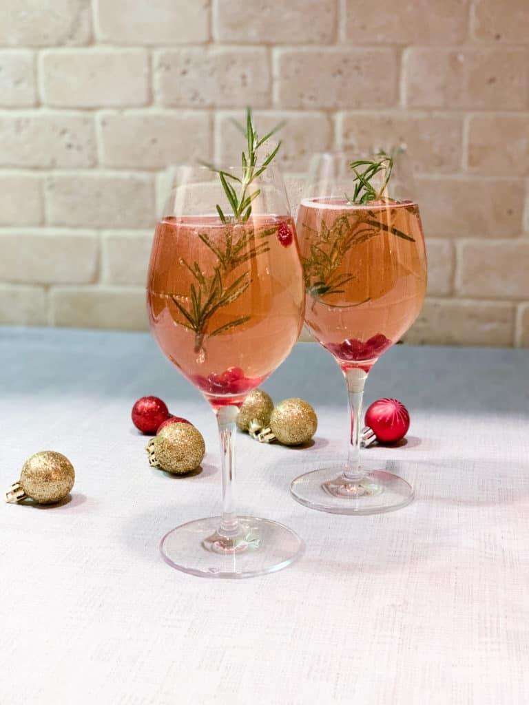 Cocktail festif à base de prosecco, grenade, st-germain et romarin