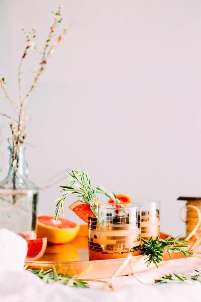 Verres de cocktails avec romarin et pamplemousse - Spiritueux québécois à découvrir.