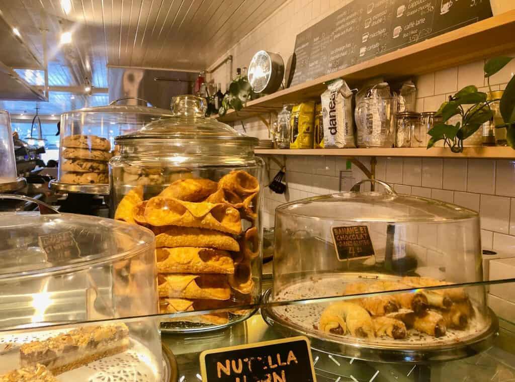 Comptoir avec les pâtisseries du Cafe Parma au Marché Jean-Talon