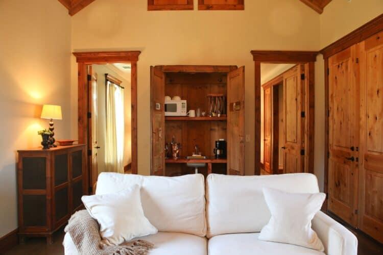 Le salon avec le coin cuisine dissimulé dan s une armoire au Hoffman Haus (Fredericksburg, Texas)