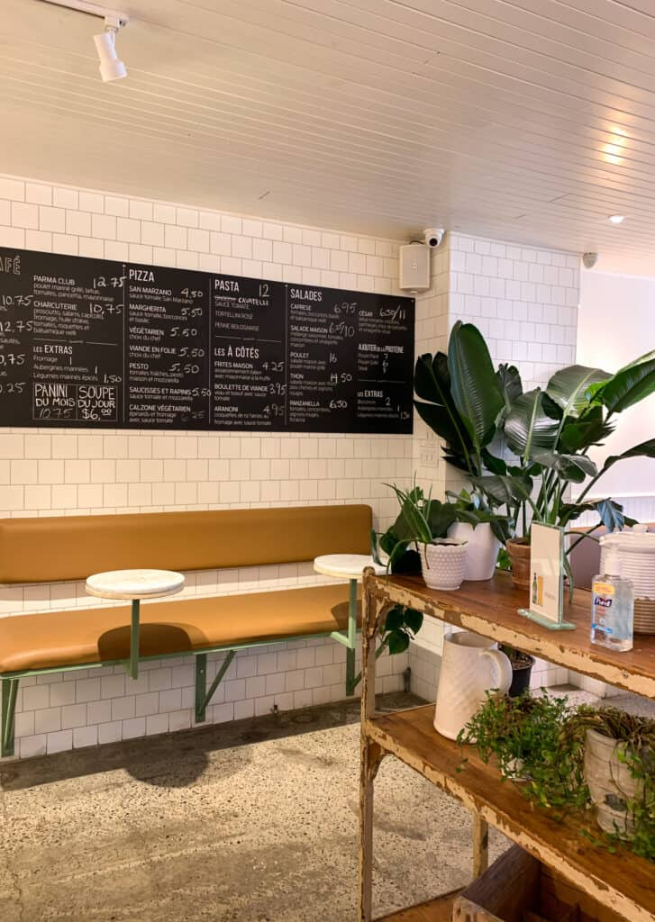 L'intérieur lumineux et décoré de plantes du Café Parma au Marché Jean-Talon