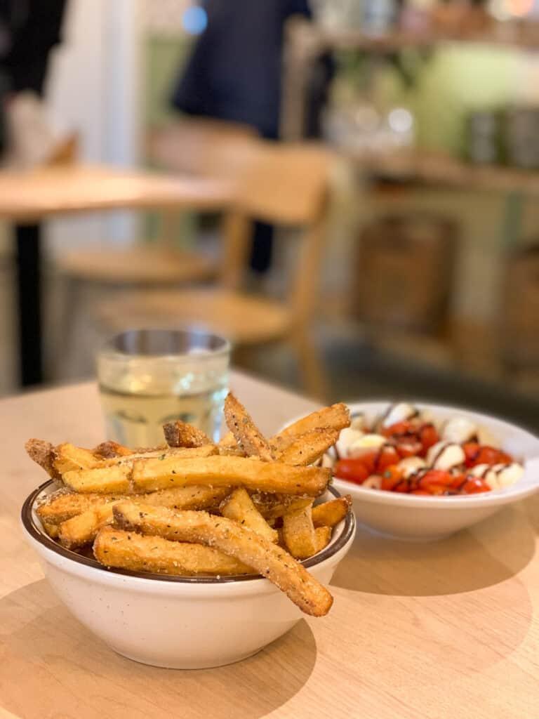 Frites au parmesan et salade caprese du Café Parma au Marché Jean-Talon
