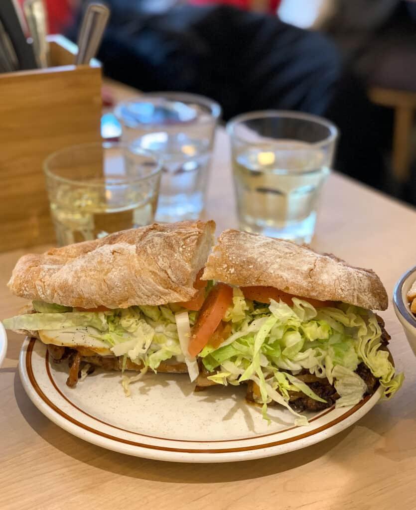 Sandwich au steak du Café Parma au Marché Jean-Talon