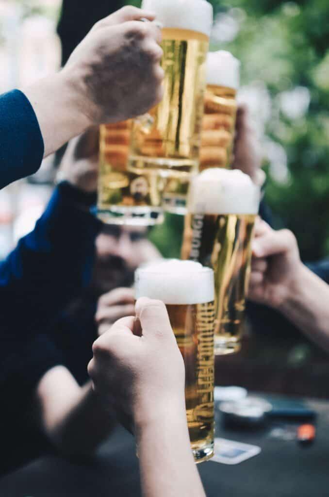 Porter un toast avec des bucks de bières