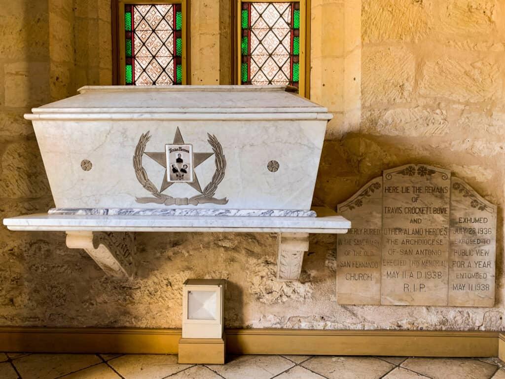 La tombe qui contiendrait les restes de Crockett - Cathédrale de San Antonio- Texas