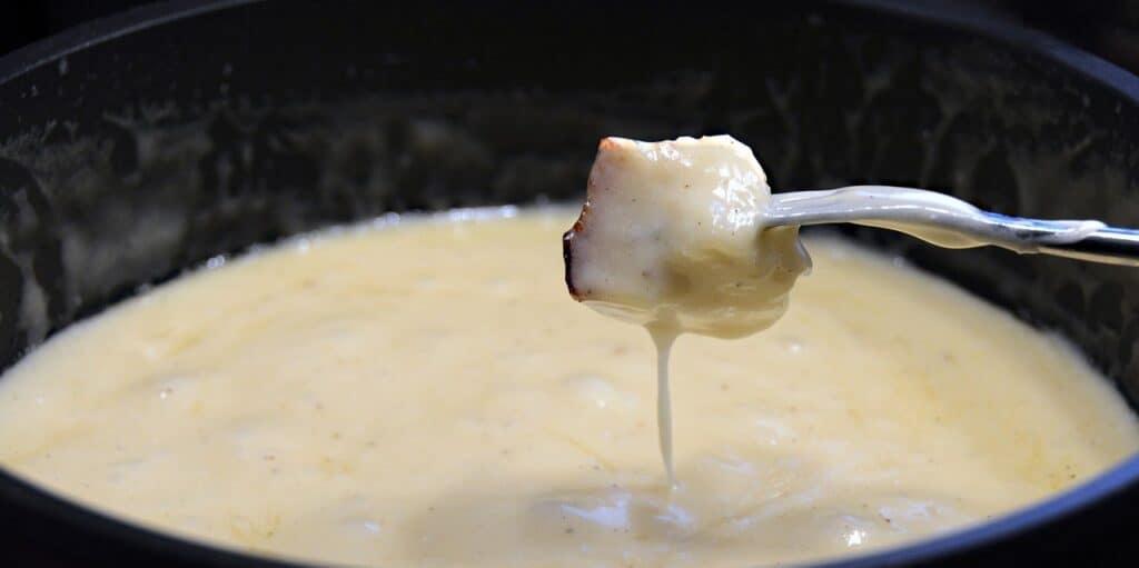 Morceau de pain dans la fondue au fromage