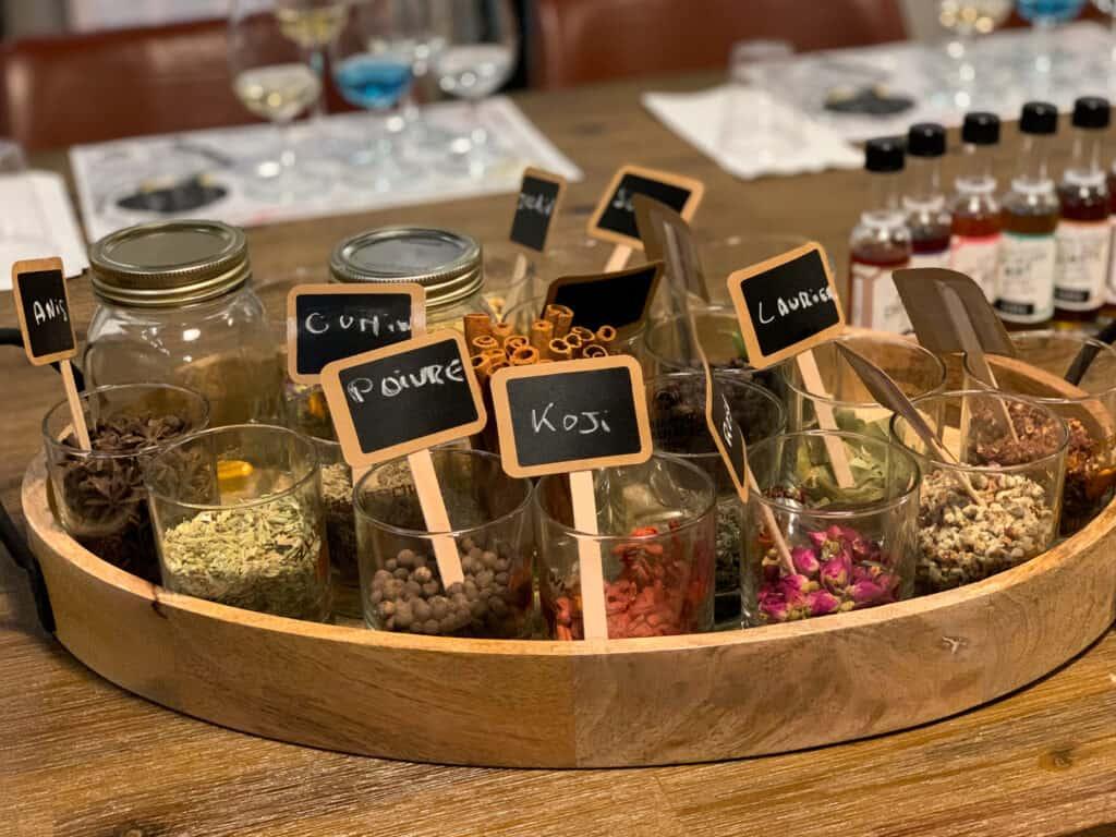 Un assortiment d'aromates utilisés dans la fabrication du gin