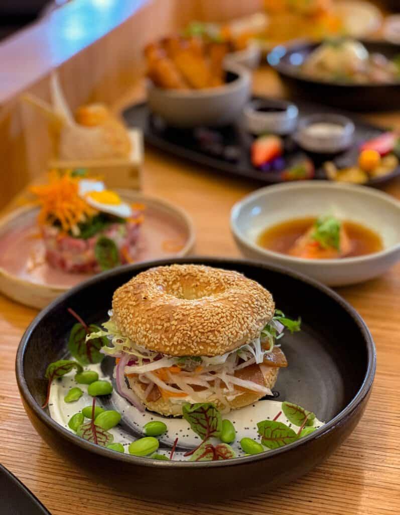 Le Bagel Head : bagel, sashimi de thon, ponzu, philly et crème sûre au wasabi,légumes marinées et edamame