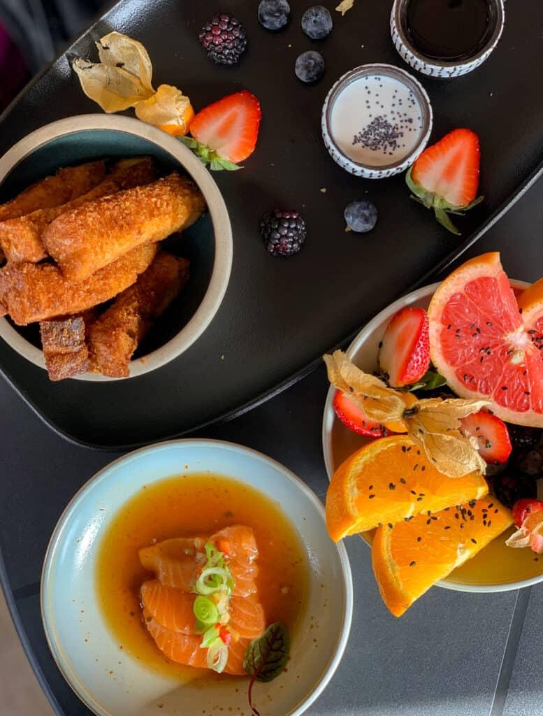 Pain doré, sashimi et salade de fruits