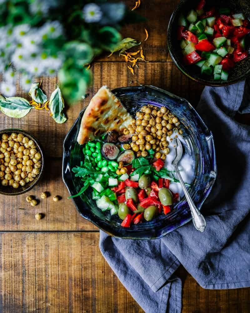 Salade avec des pois chiches grillés