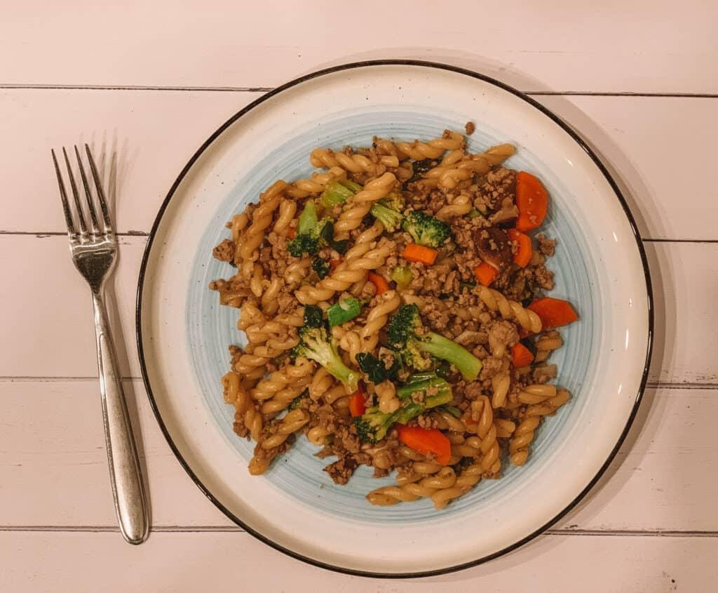 Assiette de Macaroni chinois au porc haché et aux brocolis