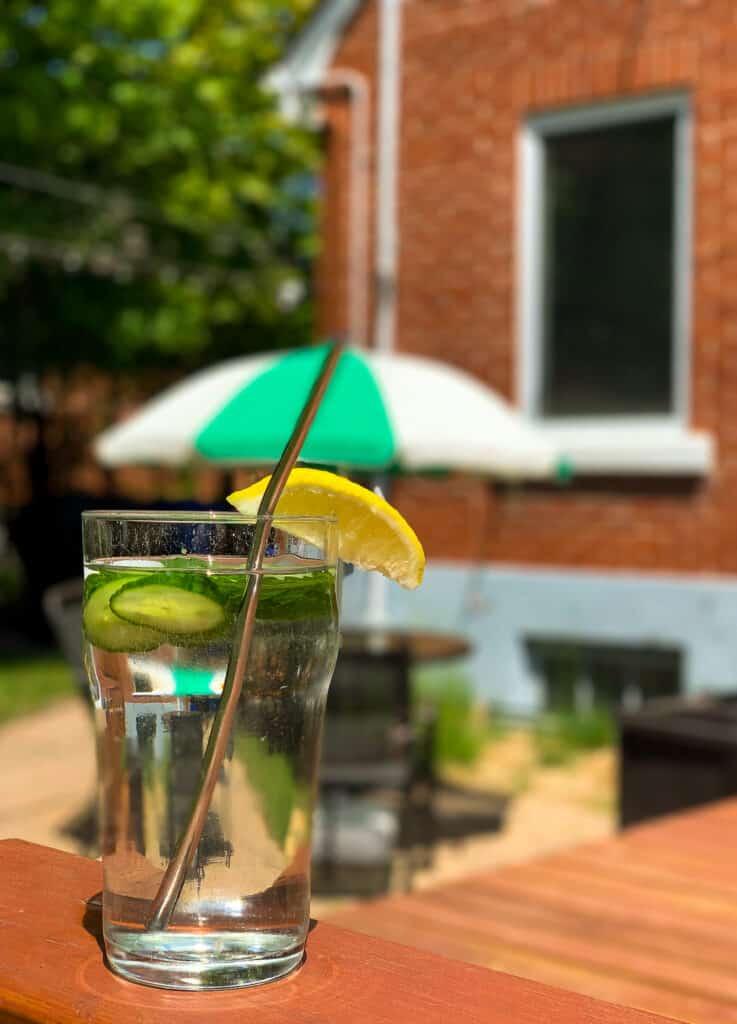 Verre d'eau aromatisé au concombre, menthe et citron par journée de grande chaleur