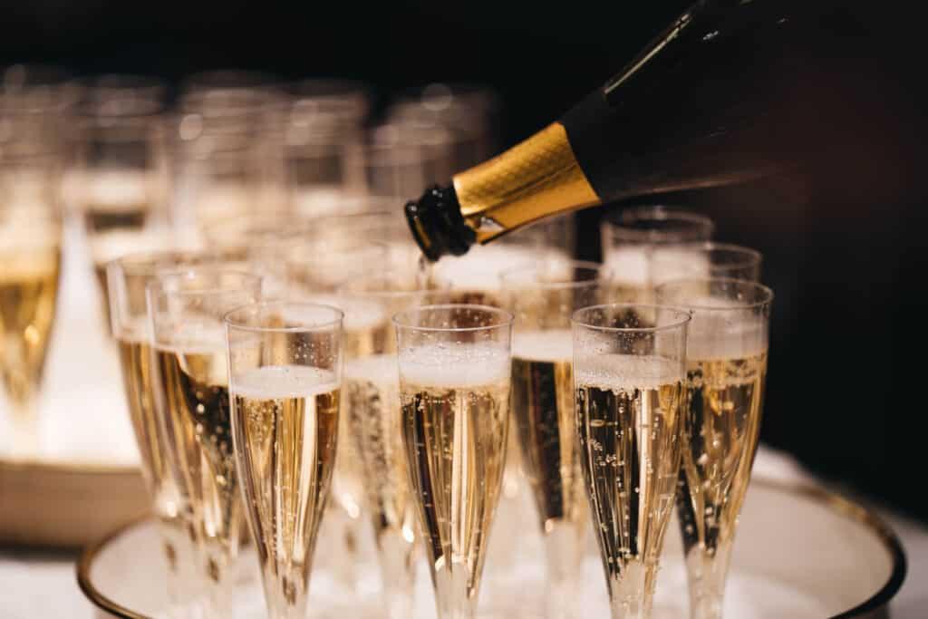 Le prosecco et le champagne, versés dans des flûtes