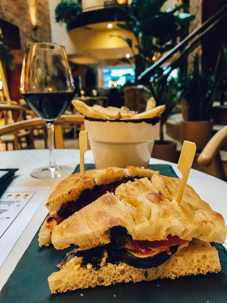 Focaccia au fromage de chèvre - Nelli Café + Vin nature