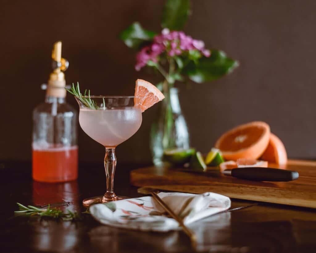 Sirop simple, fines herbes et cocktail