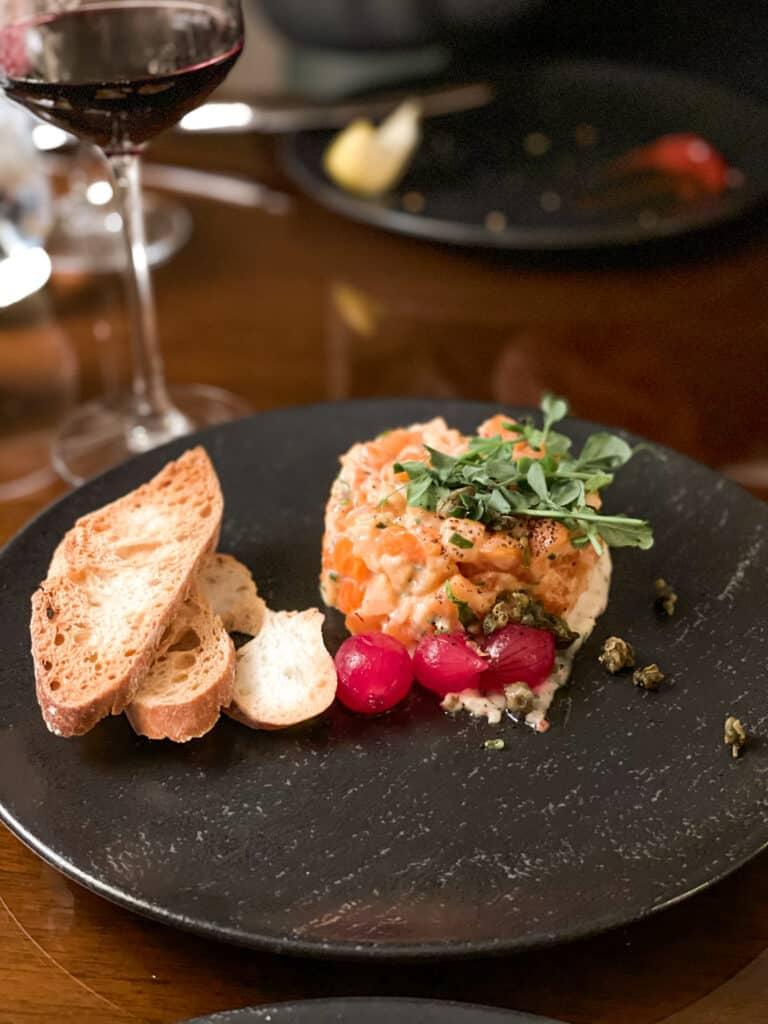 Tartare de saumon et vin