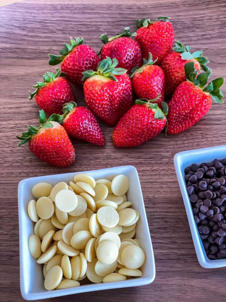 Fraises - pastilles de chocolat blanc et pépites de chocolat noir