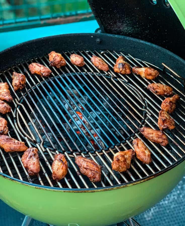 Ailes de poulet lime et poivre qui cuisent à chaleur indirecte sur le BBQ