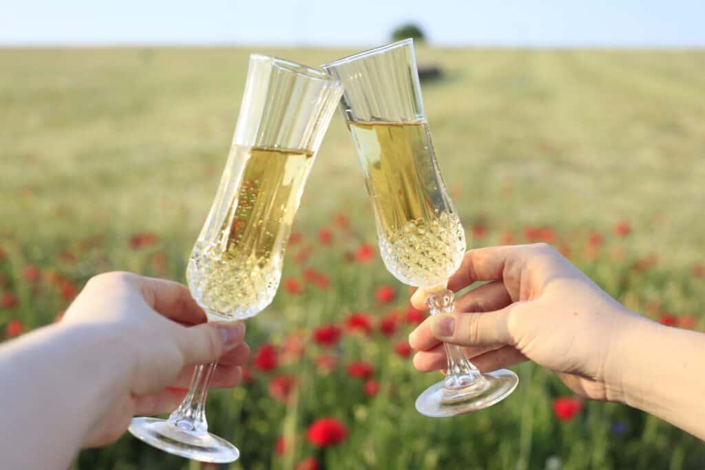 A chaque occasion son verre de bulles. Ici, on porte un toast avec deux flutes de champagne