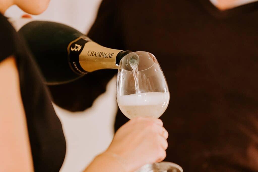 Champagne versé dans un verre