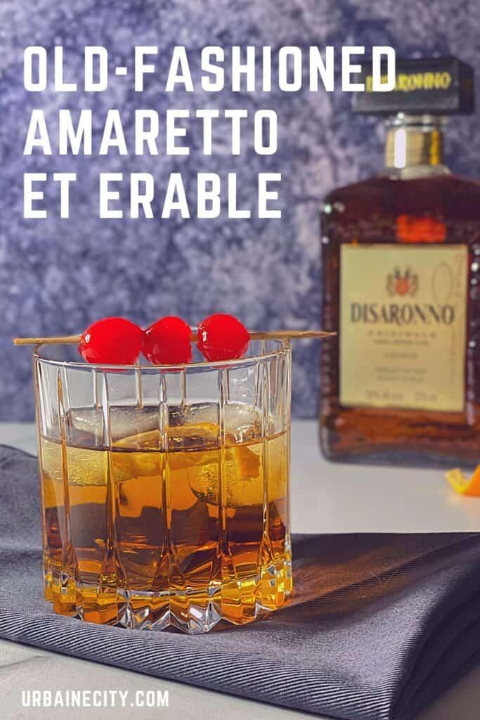 Old-fashioned amaretto et érable avec bouteille d'amaretto.