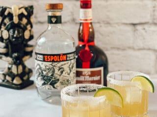 Ingrédients du Espolon Grand Margarita et deux verres de cocktail