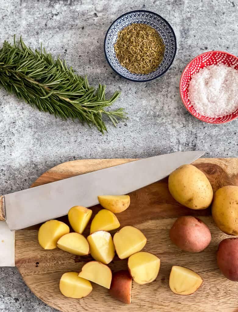 Ingredients pour les pommes de terre rôties aux fines herbes