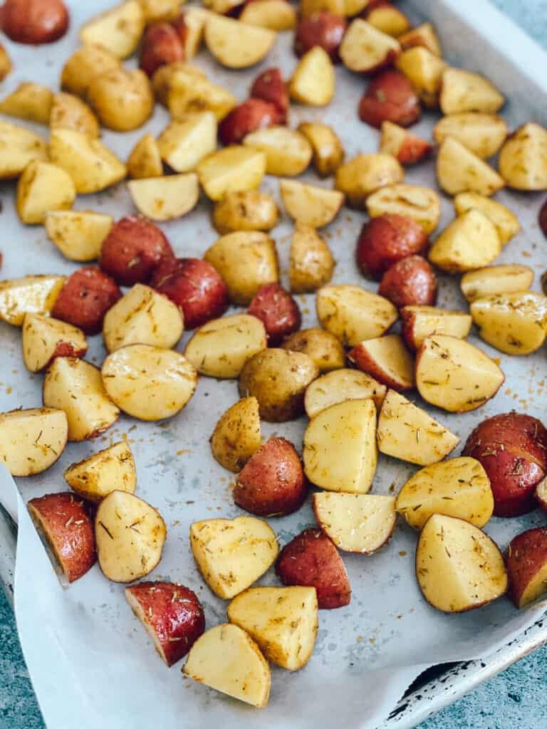 Les pommes de terre sur la plaque