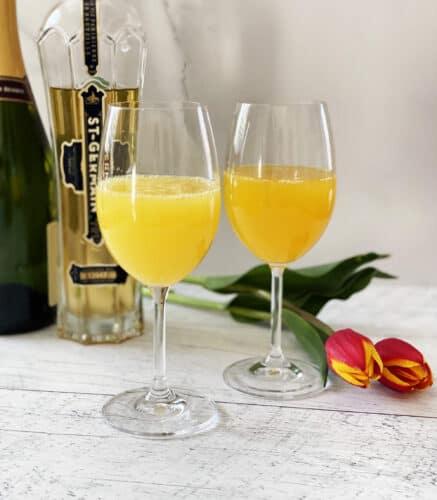 Mimosa fruité, tulipes et bouteille de St-Germain