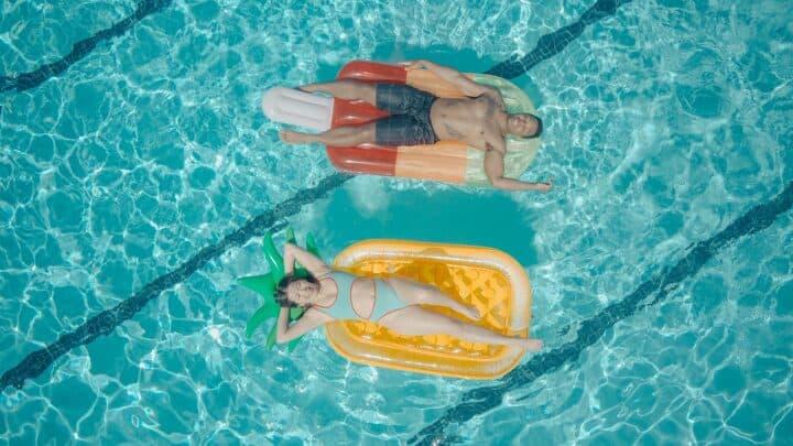 2 personnes dans une piscine : prêts-à-boire et cocktails pour l'été