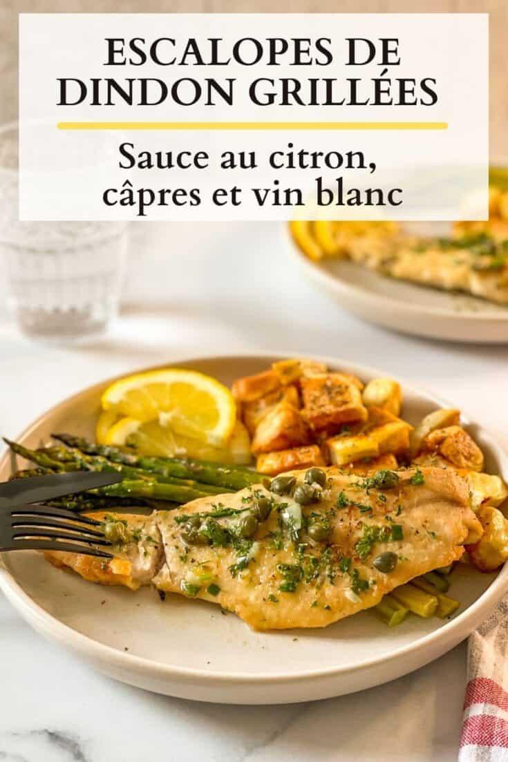 Escalopes de dindon grillées avec une sauce au vin blanc et citron, servies avec asperges et pommes de terre