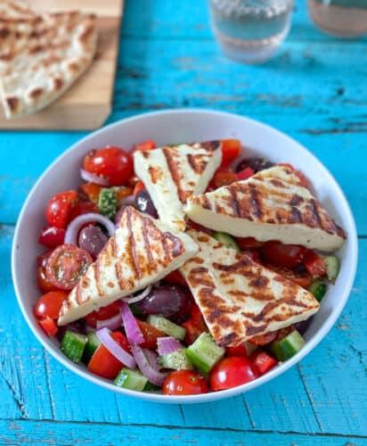 Salade grecque et fromage hallloumi grillé