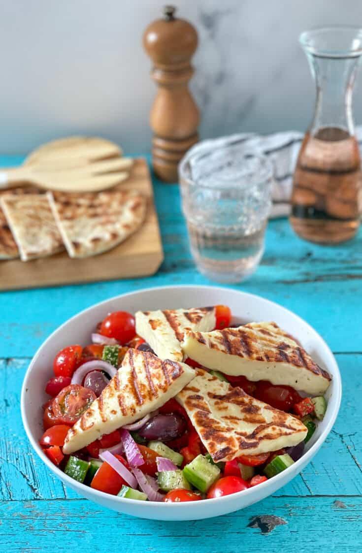 Salade grecque et fromage halloumi grillé