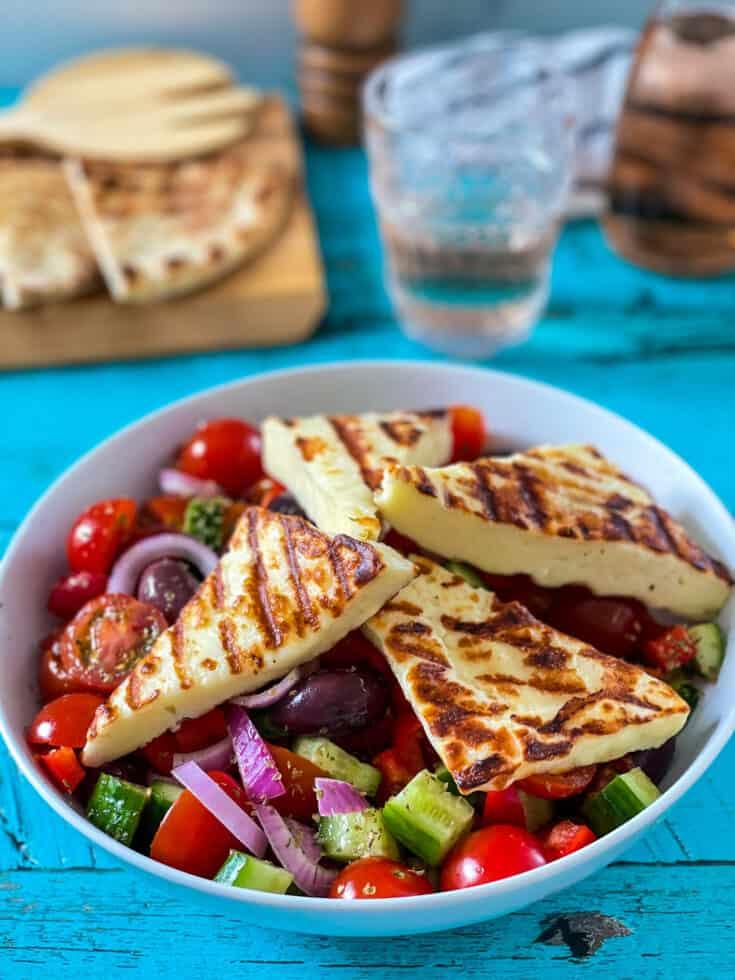 Salade grecque avec fromage halloumi