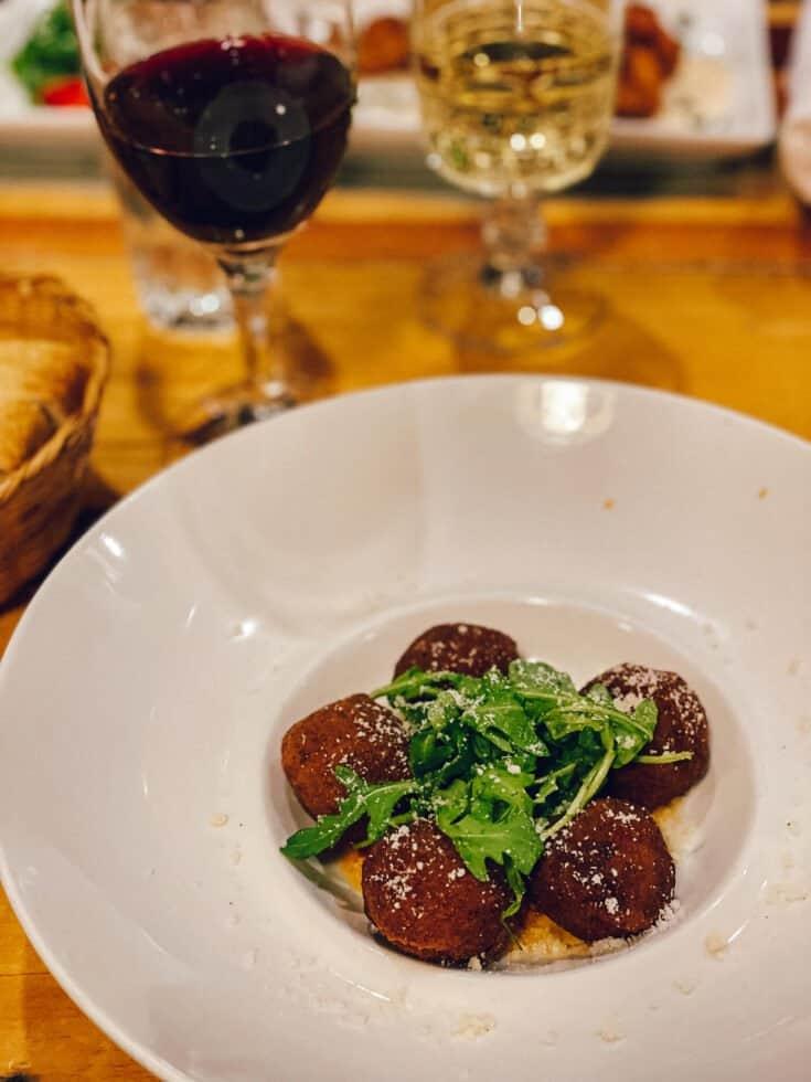 Arancini farcis à la joue de bœuf braisée et champignons, servis avec sauce tomate et Parmigiano - Il Bazzali