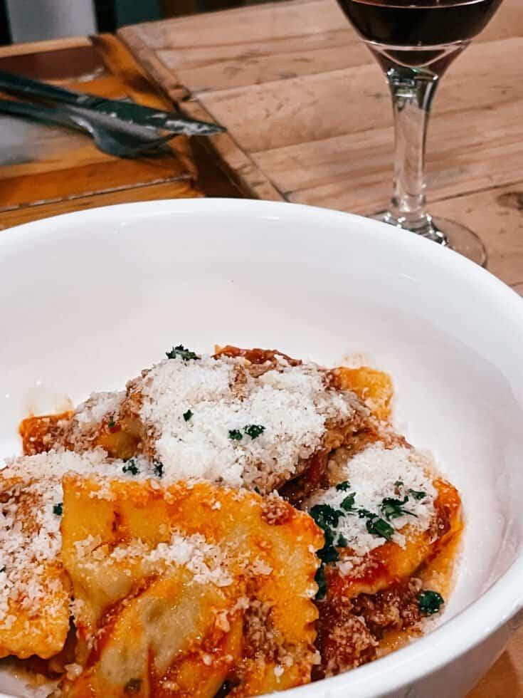 Ravioli alla Toscana farcis de viande braisée aux herbes et aux épices traditionnelles, servis avec sauce bolognaise et parmigiano - Il Bazzali